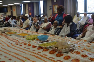 Residentes del Centro 'Workmen's Circle Multicare' se unen para ayudar a preparar el festín anual del Día de Acción de Gracias, incluyendo el pavo y el relleno.