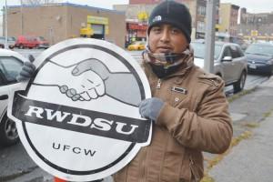 Bernardo Morales muestra su apoyo a RWDSU, a la cual los lavadores de autos votaron para unirse.