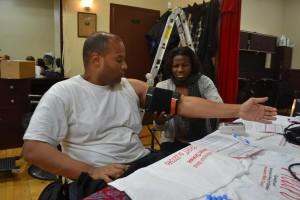 Robert Stroud recibe el chequeo de su presión arterial mientras espera por su corte de pelo.