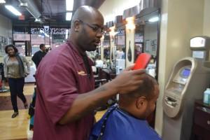 Denny Mitchell maneja el pelo y corazones (Denny trabajando con un cliente).