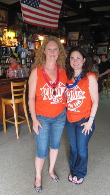 Kelley Joyce (izquierda) y Heather Markel (derecha) de Manhattan disfrutaron su Excursión Bronx Beer.