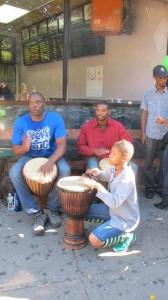 La celebración incluyó tambores de conga y batidos.