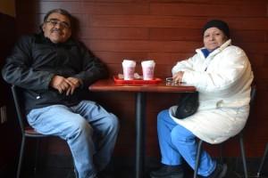 Los clientes regulares Camilo y Gloria López disfrutan su café.