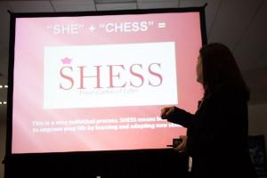 La jugadora de ajedrez de toda la vida y autora, Wendy Oliveras, presentó la estrategia SHESS.  Foto: M. Cummings