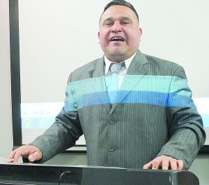Carwashero José Linares leads attendees in song.