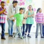 Los niños en el centro comunitario New Settlement demostraron sus movimientos de baile, pidiendo al mismo tiempo que se creen nuevas escuelas comunitarias.