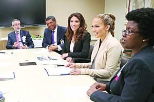 Entre las personas que se reunieron con las hermanas López durante una visita a Montefiore estuvieron el presidente ejecutivo y director general, el Dr. Philip Ozuah (segundo desde la izquierda, con corbata morada).