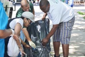 Los residentes llevaron bolsas y carros con papeles.