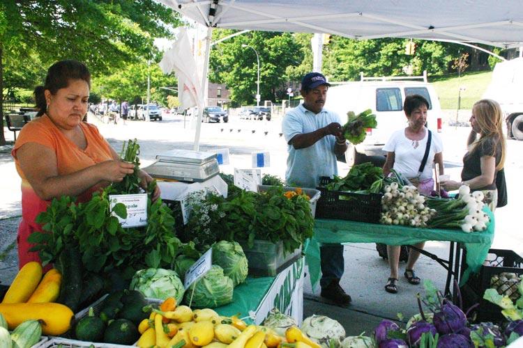 El mercado the Heights de agricultores comunitarios oficialmente está abierto.