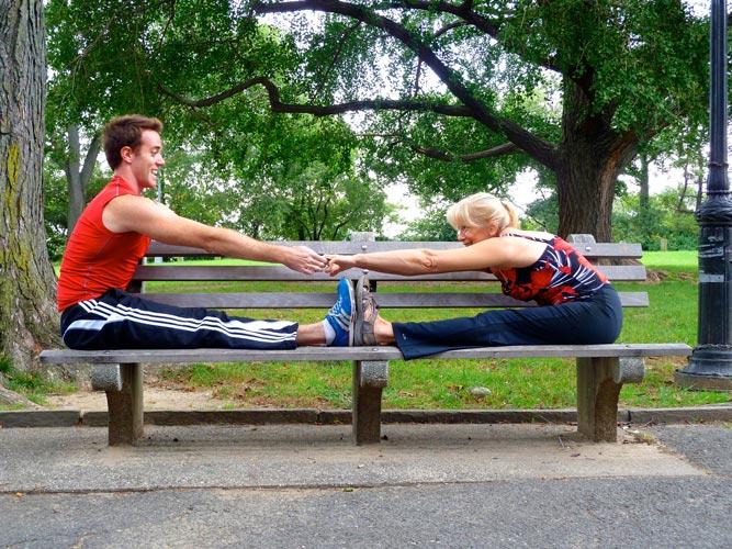 Usted se estirará mucho más con un compañero.