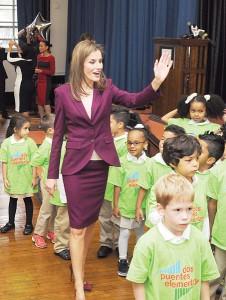 La reina Letizia de España visitó la escuela primaria Dos Puentes.