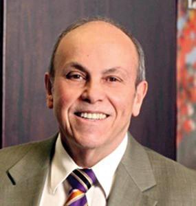 El presidente de Lehman College, el Dr. Ricardo R. Fernández.