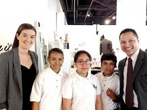 Celebrando el proyecto del robot del siglo XXI de Intel se encuentran (de izquierda a derecha): la directora asistente de la HS/MS 223, Ashley Downs; los estudiantes Anjeliqe Martínez, Yaritza Montiel y Melvin Estudillo; y el director Ramón González.
