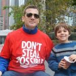 """""""Todos los niños deben ser tratados por igual"""", dijo Ben Flavin con su hijo Finneas."""