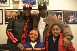Ricky Barrino y Lenno Carter comparten el momento con el sobrino de Barrino (en púrpura), Kaleb, de 7 años, y el hijo de Carter, Taliq, de 7 años.