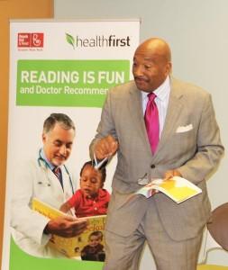 George Hulse, vicepresidente de Asuntos Externos de Healthfirst, les leyó a los niños.