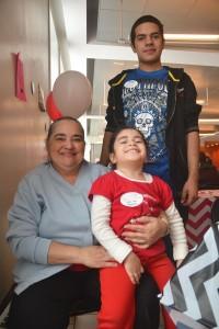 Carmen Ramírez, con sus nietos, pierdo 25 libras.