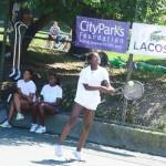 LACOSTE Junior Tennis Academy trabaja con participantes de 8-16 años de edad.