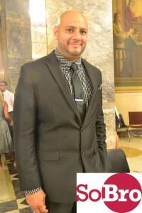 William García de SoBRO ayudó a inscribir candidatos para desarrollo profesional.