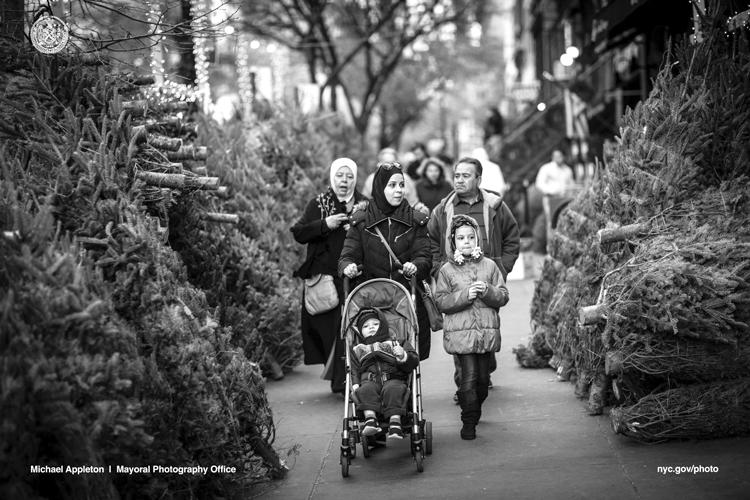 La familia Ferdous camina por la calle Montague en Brooklyn en un viaje de compras.