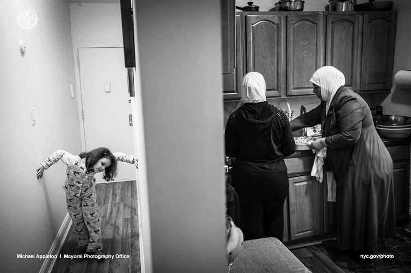 Souad, de 6 años, juega en el pasillo del apartamento de dos dormitorios de su familia en Brooklyn mientras que su madre y su abuela cocinan la cena para la familia. Souad sufre de ansiedad debido a su exposición a los combates en Siria. Sin embargo, actualmente recibe asesoramiento y está mejorando en el hogar y en la escuela.