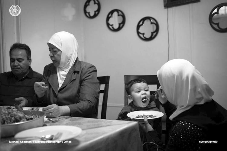 Eman alimenta a su hijo, Hassan, con un plato tradicional de Siria, Maqlooba, durante la cena en su apartamento de Brooklyn.