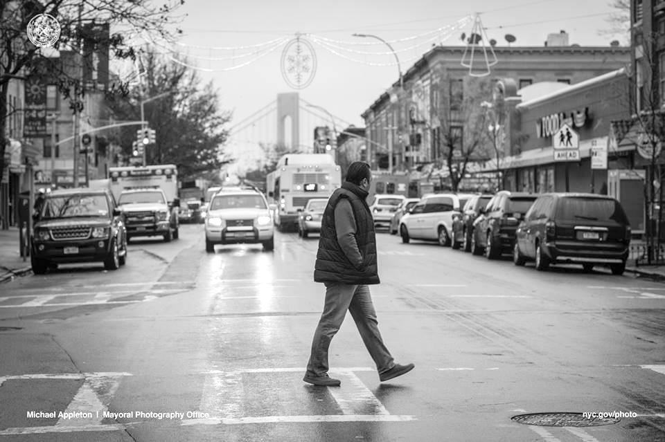 Abdullah Ferdous camina en Brooklyn hacia un mercado de comida donde instala electrodomésticos e iluminación.