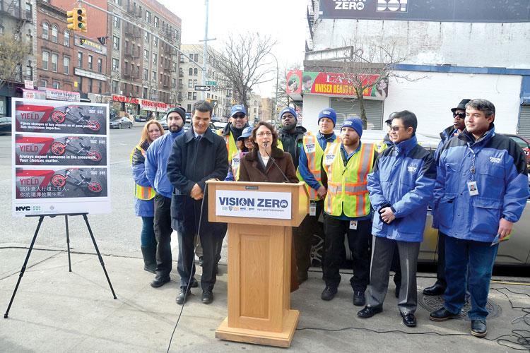 """""""Esta campaña realmente va a captar la atención de los neoyorquinos"""", comentó la comisionada Polly Trottenberg (centro)."""