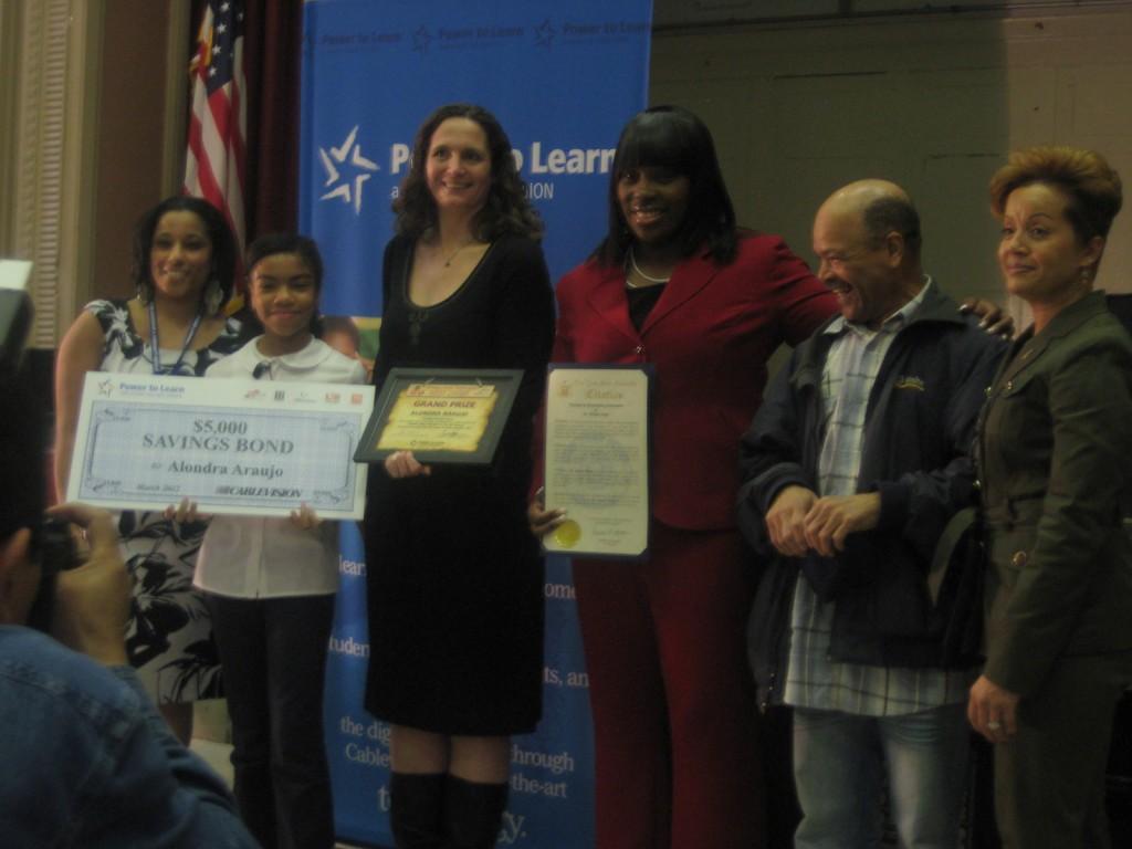 Entre los participantes que se unieron para reconocer a Araujo por su ensayo ganador estaban los líderes de su escuela en I.S. 303 Leadership and Community Service, la Asambleísta del Estado de Nueva York Vanessa Gibson y la familia Araujo.
