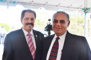 El congresista José Serrano (izq.) con el juez Armando Montano.