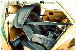 Aprenda a instalar un asiento infantil para el carro.