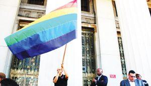 La bandera en alto.