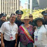 Miembros de la junta y oficiales del NYPD comparten en un momento.