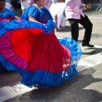 Los bailarines se abren paso por la avenida. Foto: Michael Appleton/Fotografía de la oficina de la alcaldía