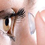 Préstele atención a sus lentes de contacto.