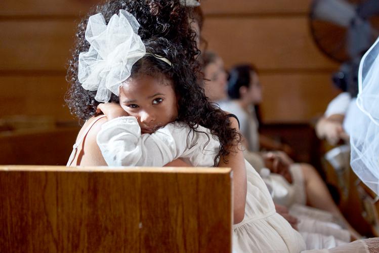 Una niña en los bancos.