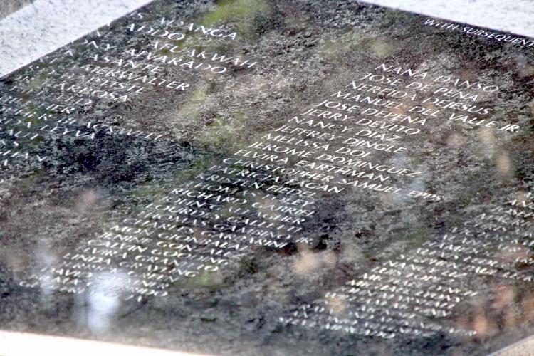 Una de las dos placas de granito y mármol dedicadas a los cerca de 150 oriundos del Bronx que murieron en los ataques del 11-S.