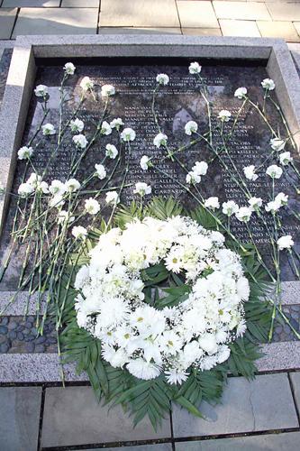 Los dolientes colocaron flores blancas en los indicadores.