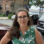 """""""Hay un Ocasio en el cual creer en todos los distritos"""", dijo la organizadora de la campaña Kat Brezler. Foto: G. McQueen"""