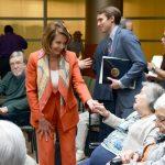 La líder de la minoría demócrata y ex presidenta de la Cámara de Representantes, Nancy Pelosi, saluda a las personas mayores.