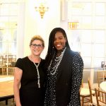 Las asistentes Martha Kamber (izquierda) yBrittneeRock. Foto: D. Johnson
