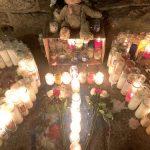 Las velas forman una cruz.