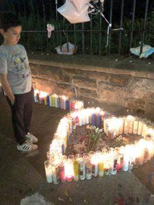 Un joven de luto.