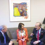 El congresista Eliot Engel habla con Pelosi y Reingold.
