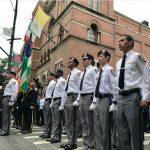 Miembros de los Exploradores del NYPD asisten al funeral.