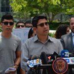 """""""[Esto] está sucediendo en nuestro propio vecindario"""", dijo el concejal Carlos Menchaca."""