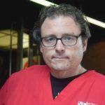 El enfermero Sean Petty dijo que le preocupa que los pacientes sean dados de alta demasiado pronto.