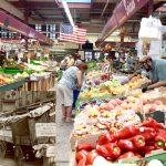 El mercado se abrió en 1940. A la izquierda hay carretillas forradas en Arthur Avenue.