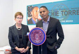 Danielle Wozniak de Yeshiva y el concejal Ritchie Torres anunciaron el programa.