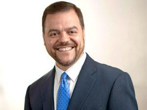 """""""Los negocios de la comunidad deberían ser refugios seguros para nuestros jóvenes"""", dijo el senador estatal Luis Sepúlveda."""